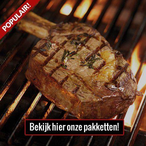 Een stuk vlees dat op de barbecue wordt bereid