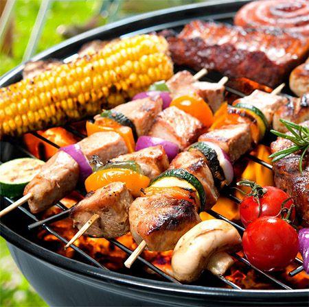 3 spiezen en een maiskolf op de barbecue