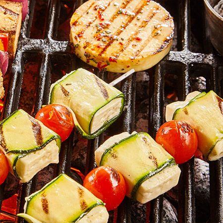 Twee vegetarische spiezen op de barbecue met een vegetarische burger