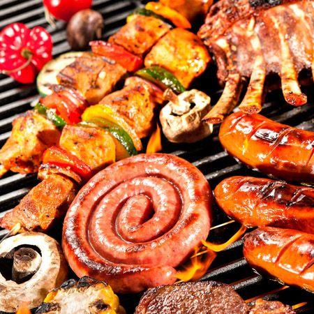 Verschillende soorten barbecuevlees op een grill