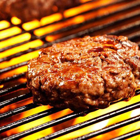Een hamburger die gegrild wordt op een barbecue